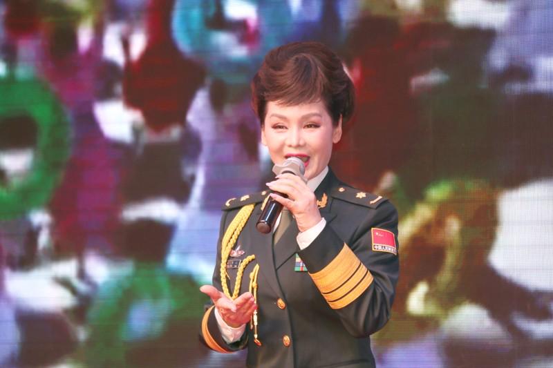 7火箭军文工团张华敏老师演唱歌曲飞翔新一代.jpg
